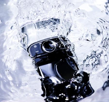 mojado: tel�fono inteligente caer en el agua Foto de archivo