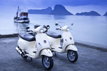 vespa piaggio: twin moto vecchio stile dal mare Archivio Fotografico