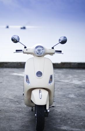 parked: ouderwetse motorfiets door de zee Stockfoto