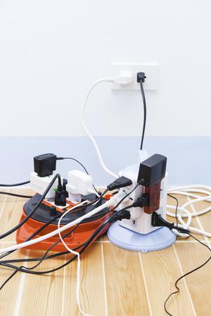 enchufe: demasiados enchufes electr�nicos en la salida Foto de archivo