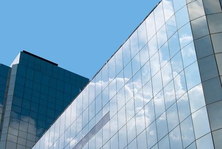 Blauwe hemel reflectie op modern gebouw
