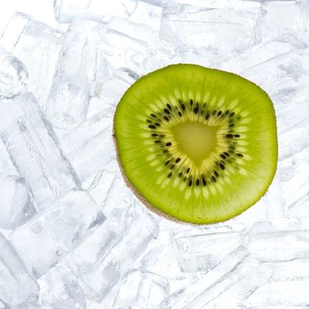 kiwi fruta: kiwis frescos en el fondo de hielo Foto de archivo