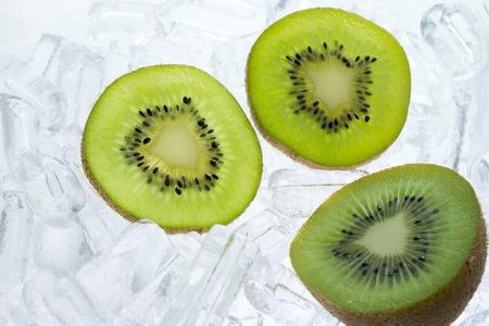 kiwi fruta: kiwis frescos en el fondo del hielo