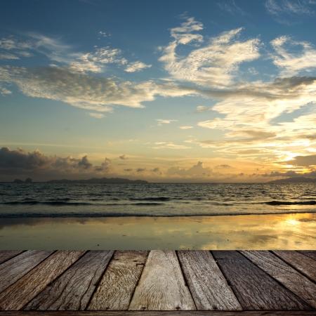 houten terras met zonsondergang