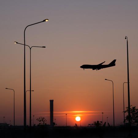 Silhouet van een vliegtuig over zonsondergang hemel
