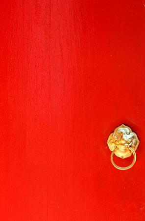 tocar la puerta: Puerta roja con aldaba de oro