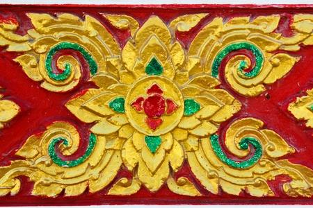 tallado en madera: De madera nativa de estilo tailandés tallado en la Iglesia en el templo tailandés Foto de archivo