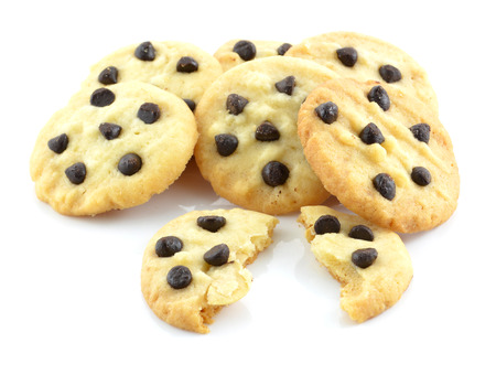 cikolatali: Chocolate chip cookies isolated on white background.