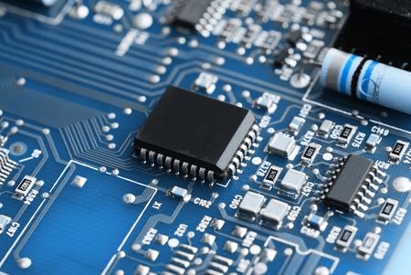 circuitos electronicos: Microchips en una placa de circuito Foto de archivo