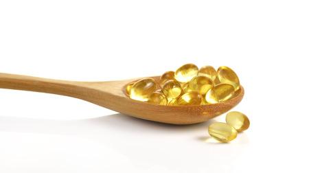 Kabeljauw leverolie omega 3 gel capsules geïsoleerd op een witte achtergrond