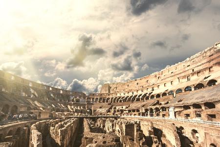 Toeristen die het interieur van het Colosseum bezoeken, een van de nieuwe zeven wereldwonderen