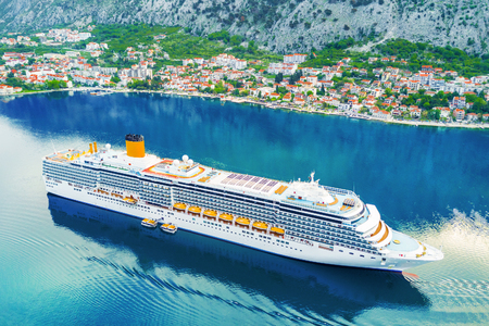 Top view of a beautiful cruise liner and a city by the sea 스톡 콘텐츠
