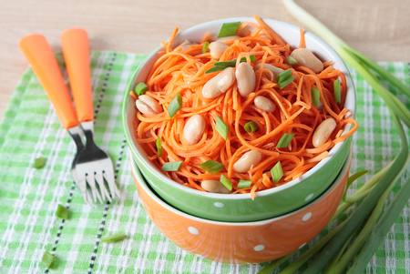 Salad of fresh carrots with white beans and green onions in a bowl Standard-Bild