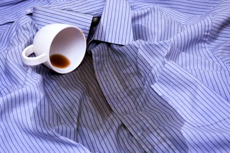 Close up photo de café Renversé sur une chemise