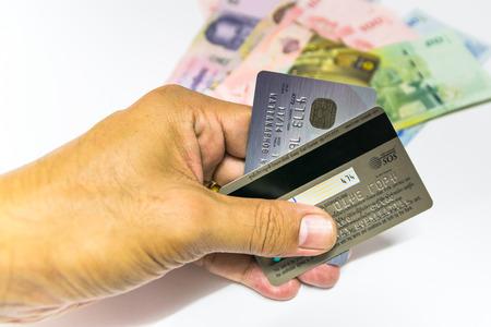 Una pequeña tarjeta de plástico emitida por un banco, negocios, etc., lo que permite a su titular a adquirir bienes o servicios a crédito.