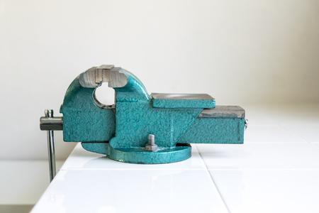 ingenieria industrial: Abrazaderas de banco son una herramienta importante en la ingeniería y el diseño industrial.