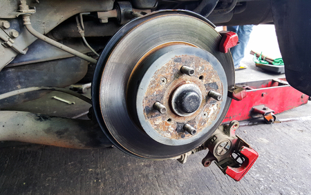 frenos: Disc brakes front of the car to use for the old and rusty.