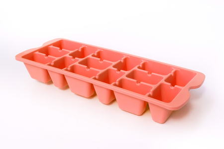 cubos de hielo: coloridos hielo bandeja de un dispositivo de hielo aislados sobre fondo blanco.
