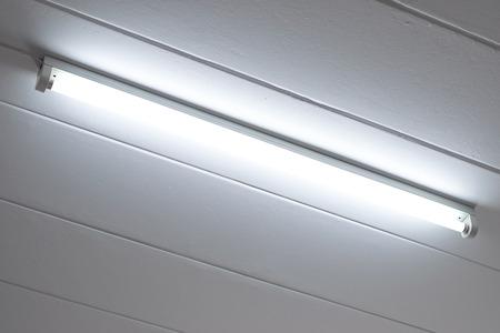 tubos fluorescentes: bombilla fluorescente en el techo en el dormitorio.