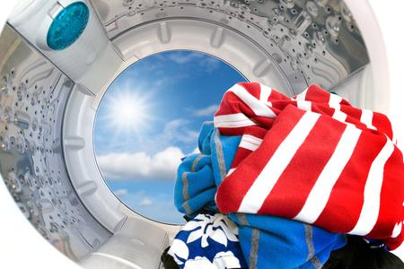 lavadora con ropa: Primer plano de la ropa dentro de la lavadora.