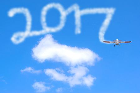 calendario diciembre: 2017 Noticias Comunicados de dibujo año por avión en el cielo. Foto de archivo