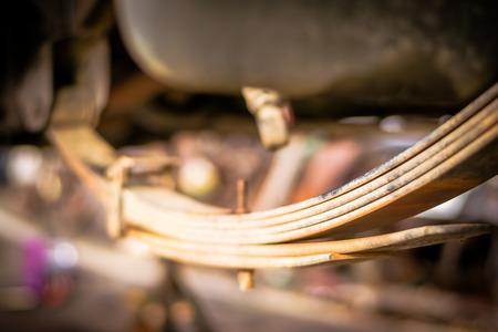 クローズ アップ ショックアブソーバーとガレージのピックアップ トラックのサスペンション システムの懸濁液。