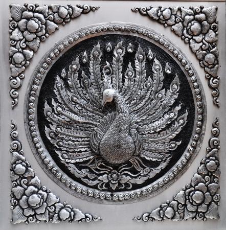 pavo real: Marco de plata grabado de placas de laca Animales Peacock Mostrar en la mitolog�a de bellas artes manualidades Global artistas Lugar tailandesa de Chiang Mai Editorial