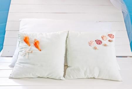 Mariscos con la almohada blanca en el sitio de la cama Foto de archivo - 12885495