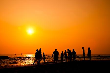fiesta familiar: Ni�os silueta de grupo con actividades en la playa