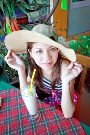 Mujer asiática refrescos beber batido de banano Foto de archivo - 13775365