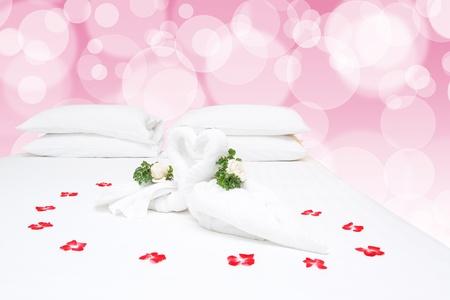 bedsheets: Primo piano di due cigni belle asciugamani sul lenzuolo bianco