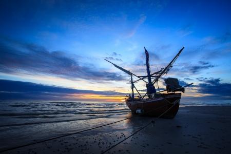 pescador: silueta de los pescadores con la salida del sol en el fondo Foto de archivo