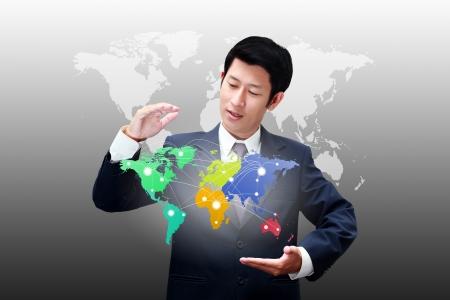 Hombre de negocios la celebración de mapa del mundo con los iconos de conexión de la empresa Foto de archivo
