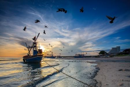 birma: silhouet van visser met zonsopgang op de achtergrond