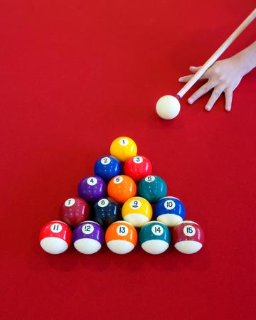 Palle di palle colorate su un tavolo rosso Archivio Fotografico - 79010155