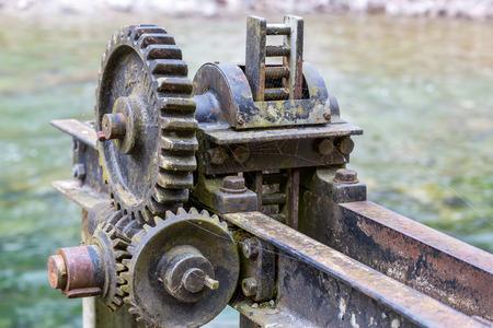 Alte mechanik zum anstauen von Wasser im Chimsee, Bavaria