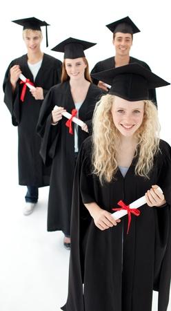 toga y birrete: Sonriente grupo de adolescentes que celebran despu�s de la graduaci�n Foto de archivo