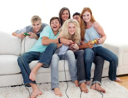 jugando videojuegos: Adolescentes que juegan juegos de video en casa Foto de archivo