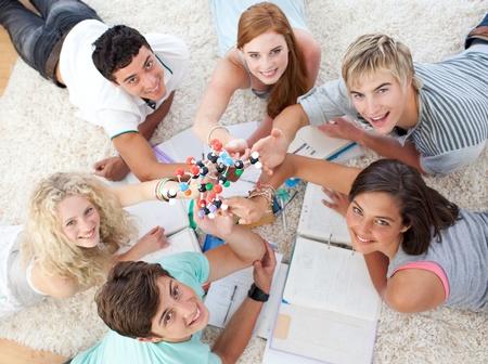 adolescentes estudiando: Adolescentes estudiando la ciencia en el piso