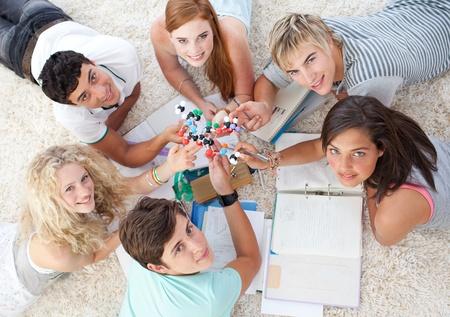 adolescentes estudiando: Gran �ngulo de adolescentes estudian ciencia en el piso