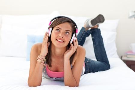 escuchando musica: Adolescente sonriente, escuchando la m�sica Foto de archivo