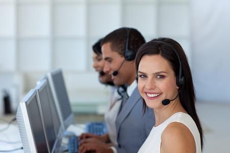 computer service: Smiling Businesswoman in einer Aufruf-Galopp