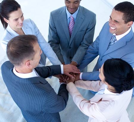 mani unite: Sorridente squadra nternational affari con le mani insieme