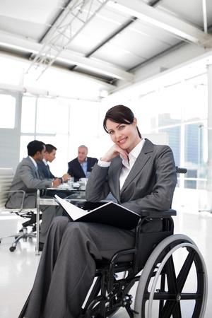 Portret van een glimlachende zakenvrouw in een wheechair