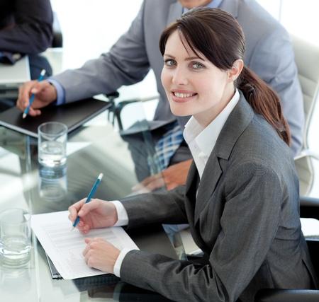 직업: 회의에서 문서를 공부하는 사업가 웃고