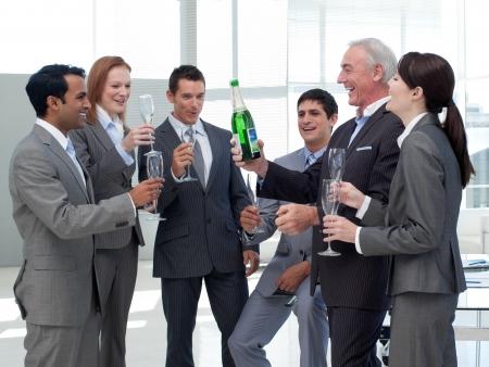 saúde: Executivos de sorriso que comemoram um sucesso