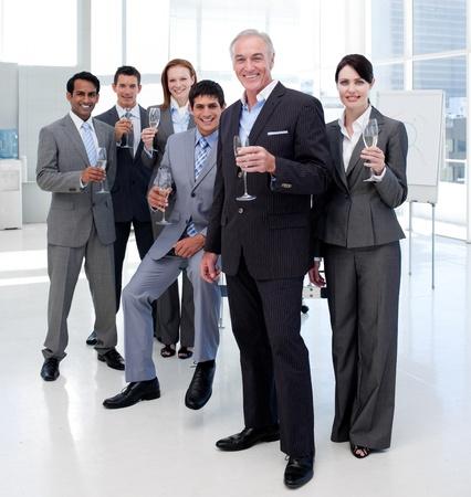 personas celebrando: Empresarios multi�tnica tostado con Champagne