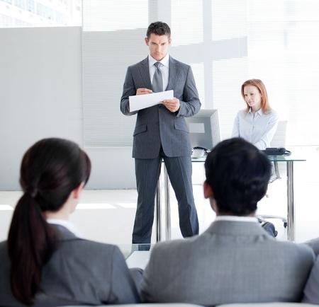 leiterin: Eine attraktive Teamleiter Gespr�ch mit Kollegen