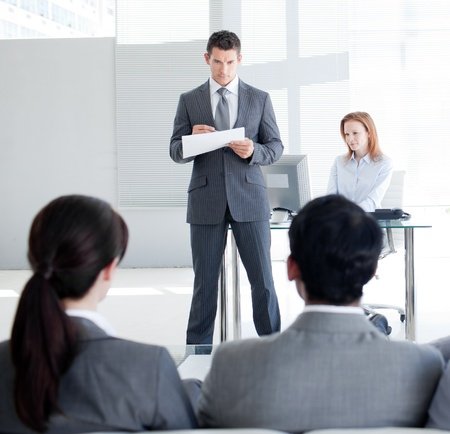 lideres: Un atractivo teamleader hablar con sus colegas