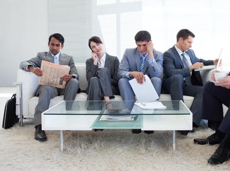 negocios internacionales: Gente de negocios internacionales, sentado en una sala de espera